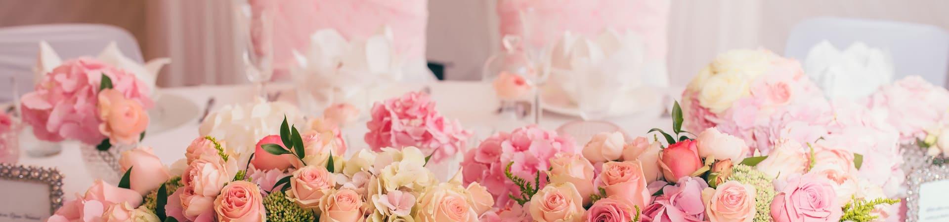Hochzeits-Zeremonie - Brauttisch mit prächtiger Blumendekoration