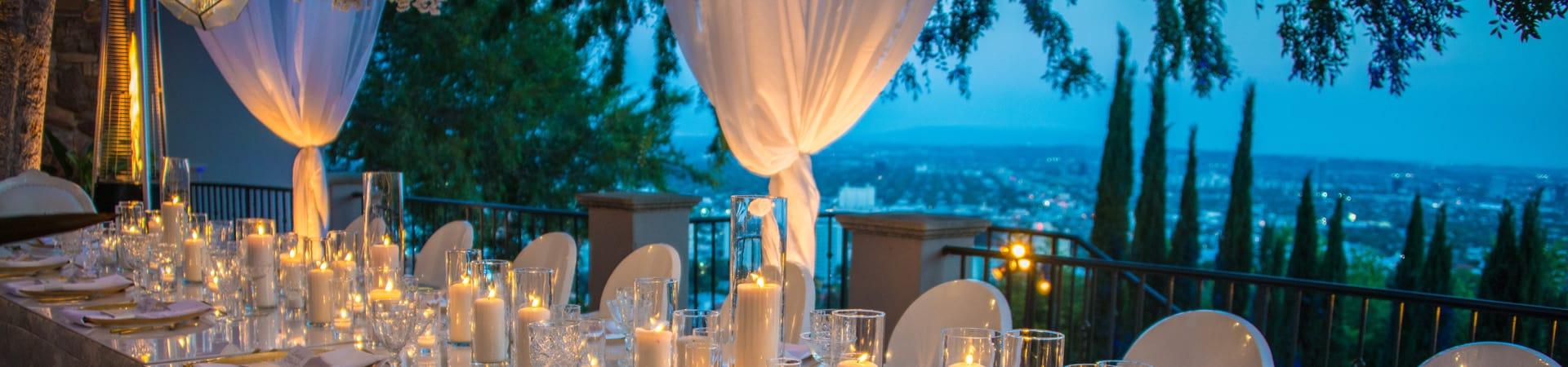 Hochzeits-Zeremonie in schöner Atmosphäre an einem reich gedeckten Tisch mit wundervoller Aussicht