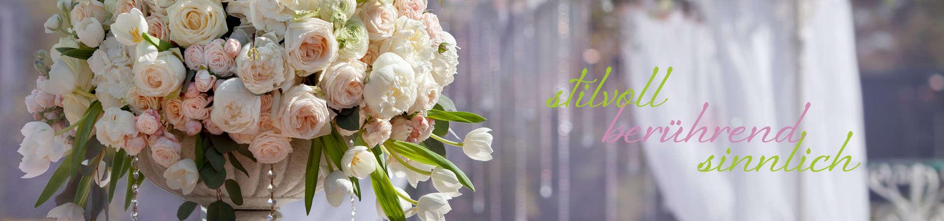 Wunderschöner Hochzeitsbogen mit Blumenpracht in einem Park
